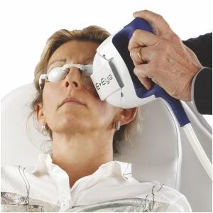 Patientin wird gegen trockene Augen mit E-Eye behandelt
